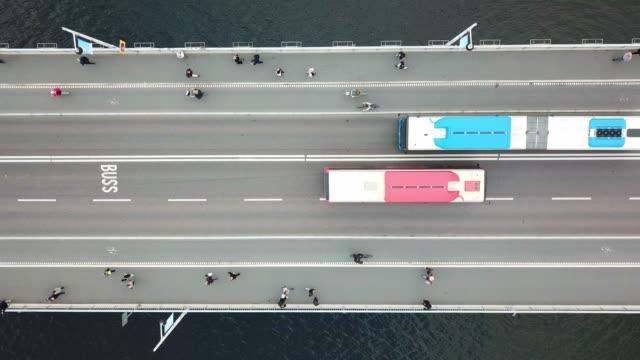 stockvideo's en b-roll-footage met verkeer op de brug in het centrum van stockholm medellín, vergadering van bussen - bus