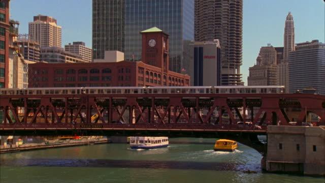 vidéos et rushes de ms, traffic on bridge over chicago river, chicago, illinois, usa  - métro de chicago
