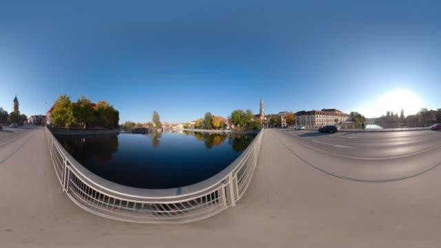360 vr / traffic on bridge over river isar and st. martin church - 360 grad panorama stock-videos und b-roll-filmmaterial