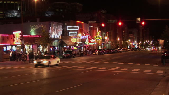 t/l, ws, traffic on broadway at night, nashville, tennessee, usa - tennessee video stock e b–roll