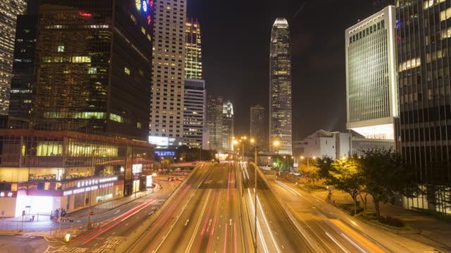 vidéos et rushes de circulation sur une route très fréquentée à hong kong - île de hong kong