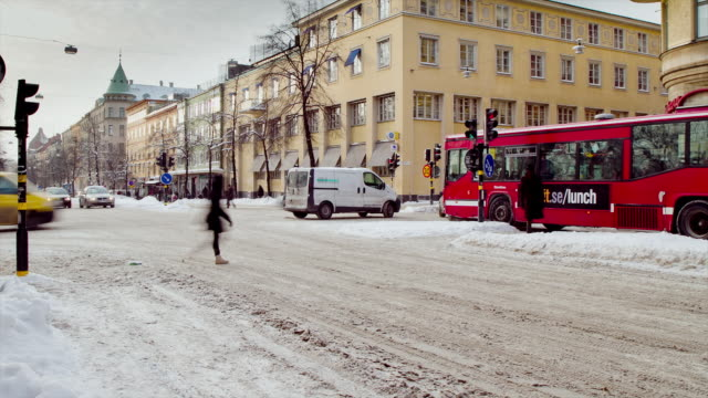 vídeos de stock, filmes e b-roll de ms zo t/l traffic on busy street in stockholm / stockholm, stockholm, sweden - suécia