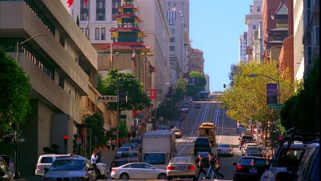 ws, traffic on california street, san francisco, california, usa, ms - カリフォルニアストリート点の映像素材/bロール