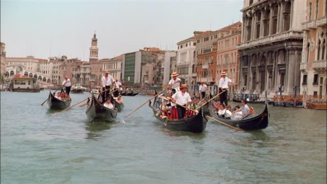 vidéos et rushes de ms traffic on canal, venice, italy - chapeau de paille