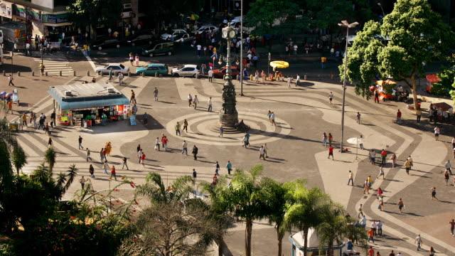 vídeos de stock, filmes e b-roll de t/l, ws, ha, traffic on carioca square, rio de janeiro, brazil - praça