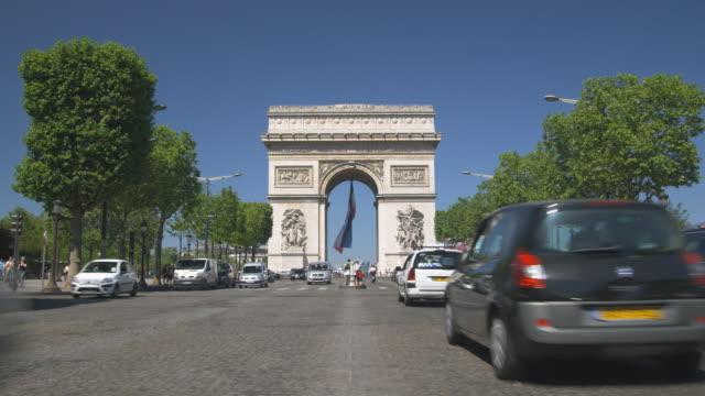 vidéos et rushes de ws, traffic on champs elysees with arc de triomphe in background, paris, france - arc élément architectural