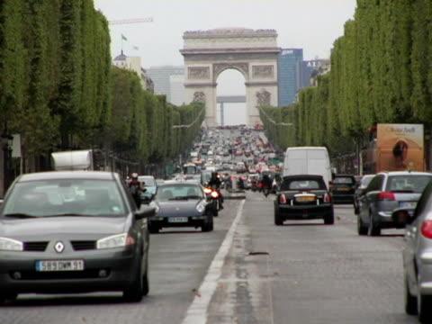 vidéos et rushes de ws, traffic on champs-elysees with arc de triomphe in background, paris, france - arc élément architectural