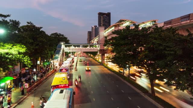 チャトゥチャックの交通 バンコクとbtsスカイトレインの有名な週末市場(ワイドショット) - 最大点の映像素材/bロール