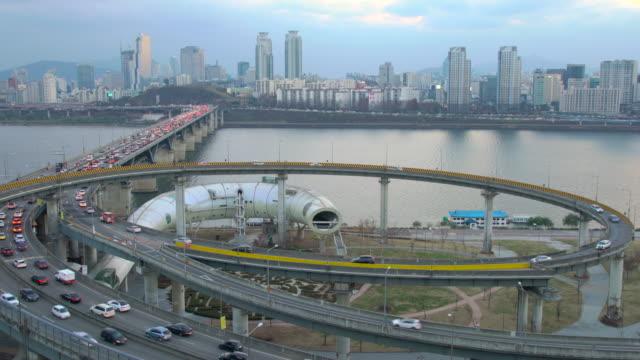 vídeos de stock, filmes e b-roll de traffic on cheongdam on-ramp and cheongdam bridge over hangang river, seoul, south korea - coreia do sul