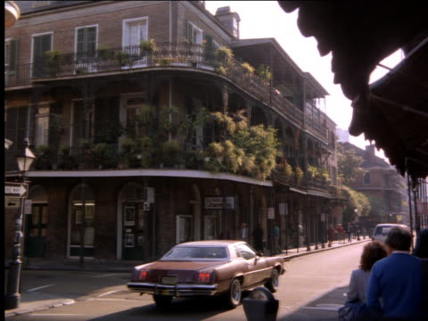 vídeos de stock, filmes e b-roll de traffic on city street / flowers on balconies of building / new orleans - 2001