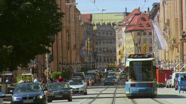 ws traffic on city street / munich, bavaria, germany  - trolleybus stock-videos und b-roll-filmmaterial
