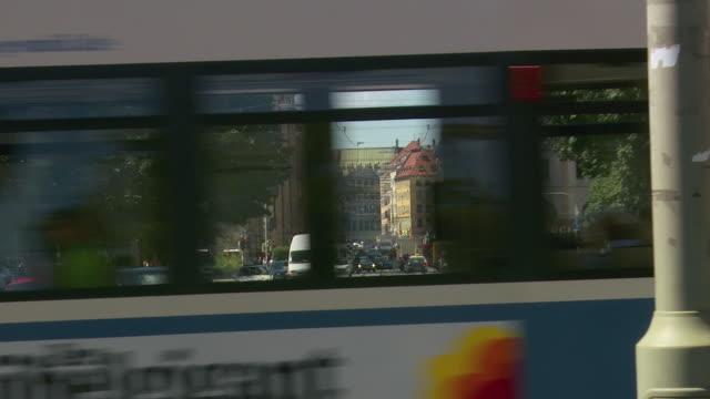 ws zi traffic on city street / munich, bavaria, germany  - trolleybus stock-videos und b-roll-filmmaterial