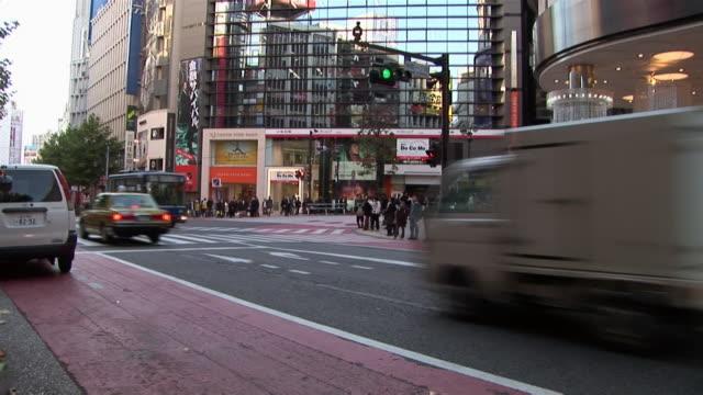 traffic on city street / tokyo - 2005年点の映像素材/bロール