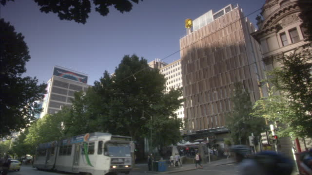 ws la traffic on city street with wood clad building, melbourne, victoria, australia - wood material stock videos & royalty-free footage