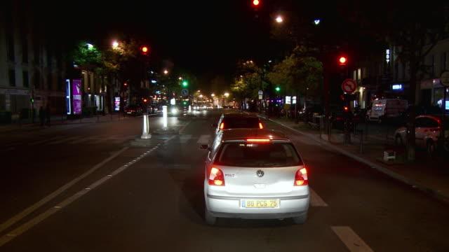 vidéos et rushes de t/l pov traffic on city streets at night, paris, france - signalisation
