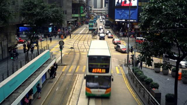 traffic on des veoux road on hong kong island - 路面軌道点の映像素材/bロール