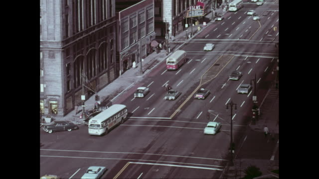 ws ha traffic on dowtown street in detroit, michigan, united states - traffic点の映像素材/bロール