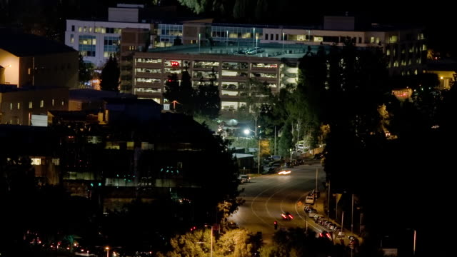 t/l, ws, ha, traffic on forest lawn drive at night, universal city, california, usa - warner bros stock videos & royalty-free footage