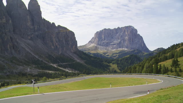t/l traffic on gardena pass in the dolomites mountains  - langkofel stock videos & royalty-free footage