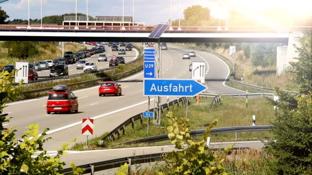 verkehr auf der deutschen autobahn - verkehrsschild stock-videos und b-roll-filmmaterial