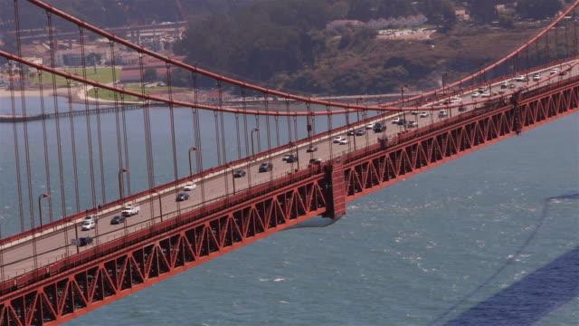 traffic on golden gate bridge on a sunny day. san francisco - real time - ゴールデンゲートブリッジ点の映像素材/bロール
