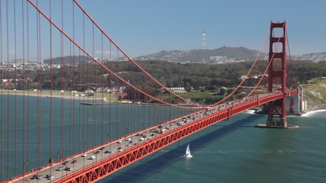 ws ha traffic on golden gate bridge / san francisco, california, usa - ゴールデンゲートブリッジ点の映像素材/bロール