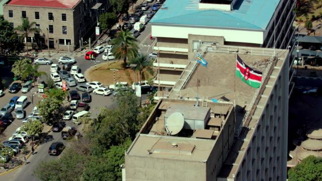 traffic on harambee avenue & parliament road roundabout nairobi  kenya  africa - ナイロビ点の映像素材/bロール