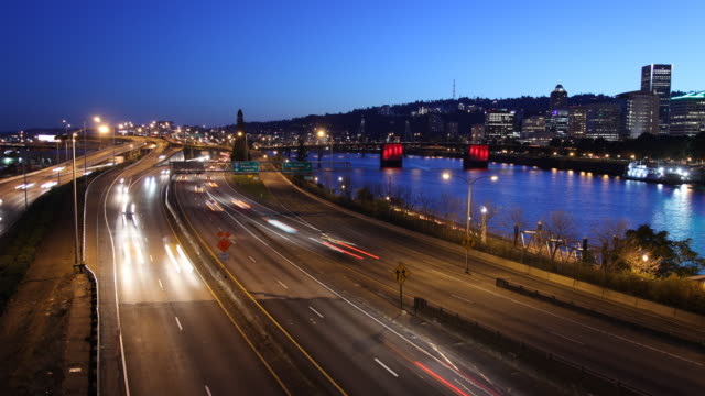t/l ws ha traffic on highway at dusk / portland, oregon, usa - fiume willamette video stock e b–roll