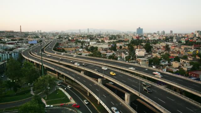 vídeos y material grabado en eventos de stock de t/l, ws, ha, traffic on highway, day to night, mexico city, mexico  - ciudad de méxico