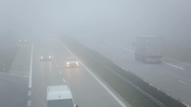 Verkehr auf der Autobahn in Deutschland mit Nebel, Real-Time
