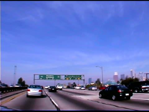 vidéos et rushes de traffic on highway in los angeles, california - plaque de rue