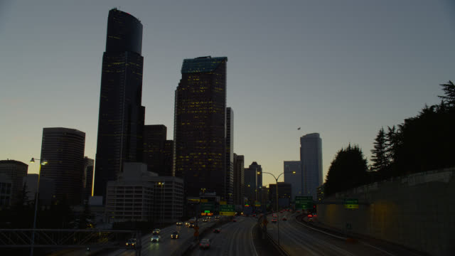 high angle wide tilt down traffic on highway in seattle at dusk - コロンビアセンター点の映像素材/bロール