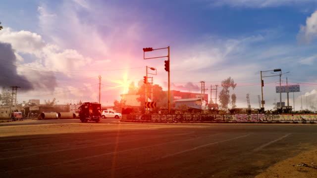 verkehr auf der autobahn unter der schönen wolkenlandschaft - haryana stock-videos und b-roll-filmmaterial