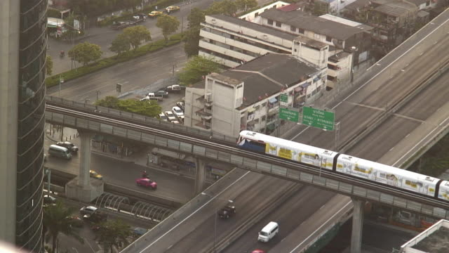 ws ha traffic on highways and elevated train / bangkok, thailand - elevated train stock videos & royalty-free footage