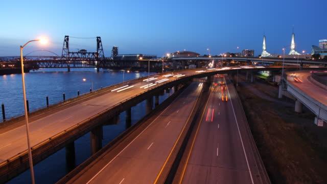 t/l ws ha traffic on highways at dusk / portland, oregon, usa - fiume willamette video stock e b–roll