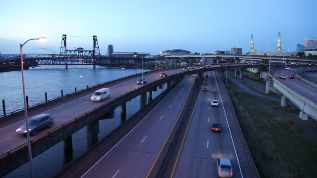 ws ha traffic on highways at dusk / portland, oregon, usa - fiume willamette video stock e b–roll