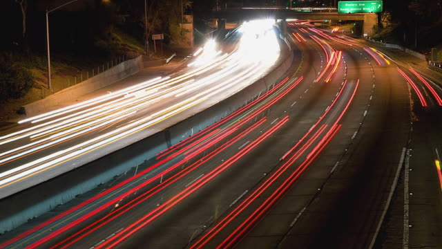 vídeos de stock, filmes e b-roll de t/l ws ha traffic on hollywood freeway at night / los angeles, california, usa - time lapse de trânsito