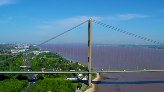 traffic on humber bridge, hessle, east riding of yorkshire, england - 船体点の映像素材/bロール