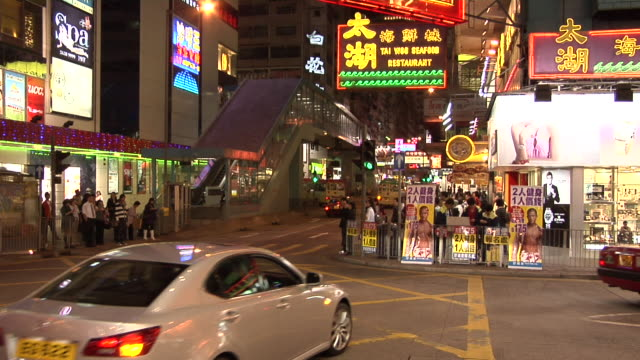 vídeos y material grabado en eventos de stock de ms, traffic on kowloon street at night, hong kong, china - kowloon