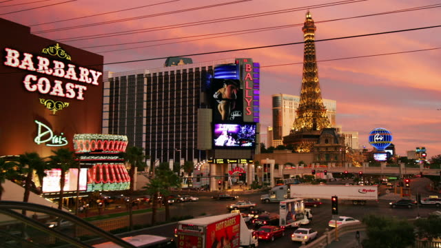 t/l, ms, ha, traffic on las vegas strip at dusk, las vegas, nevada, usa - replica della torre eiffel video stock e b–roll