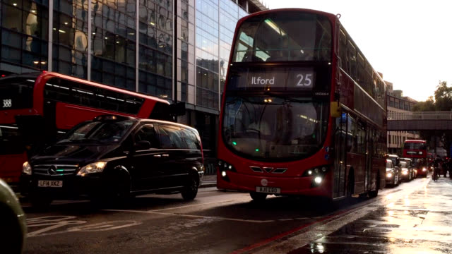 traffic on london street - autobus a due piani video stock e b–roll