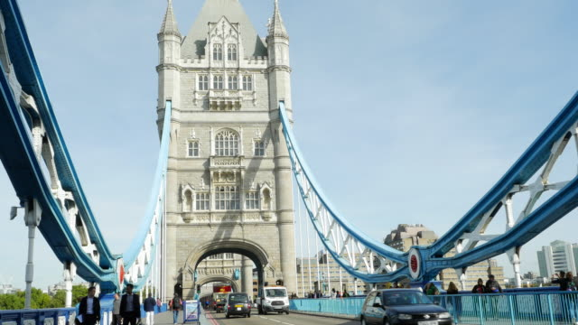 verkehr in london tower bridge (uhd - doppeldeckerbus stock-videos und b-roll-filmmaterial