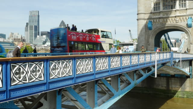 traffico su london tower bridge (uhd - autobus a due piani video stock e b–roll