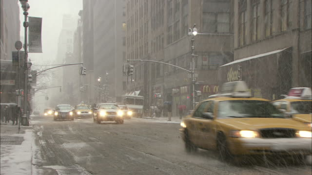 ws traffic on madison avenue in heavy snow fall / new york city, new york, usa - fanghiglia video stock e b–roll
