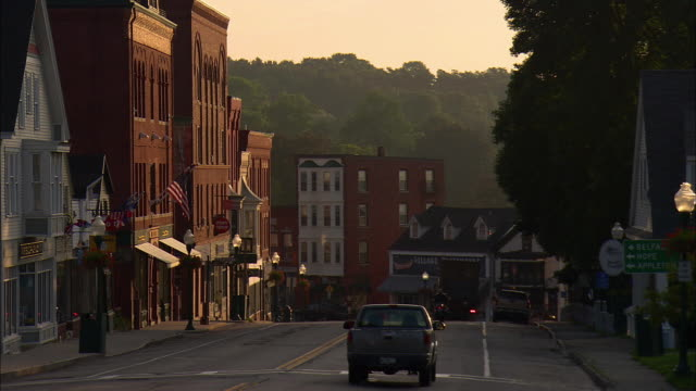 vidéos et rushes de ms, traffic on main street at sunrise, camden, maine, usa - city street