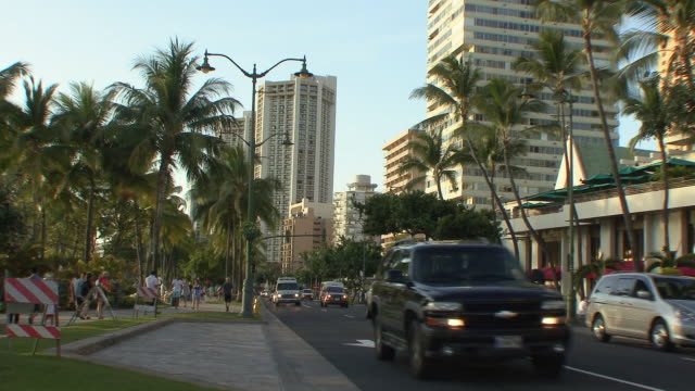 vídeos y material grabado en eventos de stock de ws traffic on main street in waikiki / honolulu, hawaii, usa - honolulu
