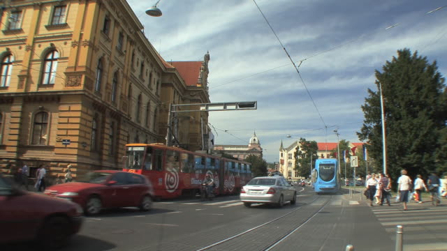 ws traffic on marshall tito square in front of museum / zagreb, croatia - trolleybus stock-videos und b-roll-filmmaterial