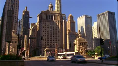 t/l, ms, traffic on michigan avenue, chicago, illinois, usa  - ミシガン橋点の映像素材/bロール