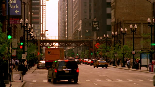 t/l, ms, traffic on michigan avenue, chicago, illinois, usa  - chicago 'l' stock videos & royalty-free footage