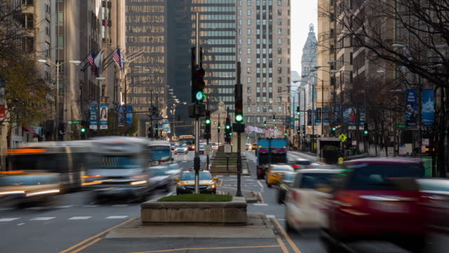 traffic on michigan avenue in downtown chicago - traffic light stock videos & royalty-free footage